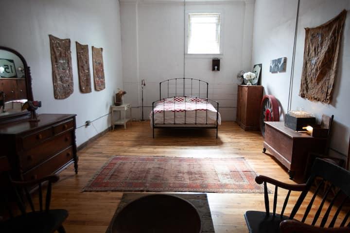 STAY in Artsy, Industrial One Bedroom Loft