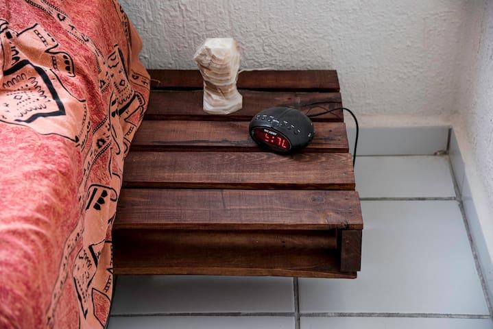 Mesa de noche / Bedside table