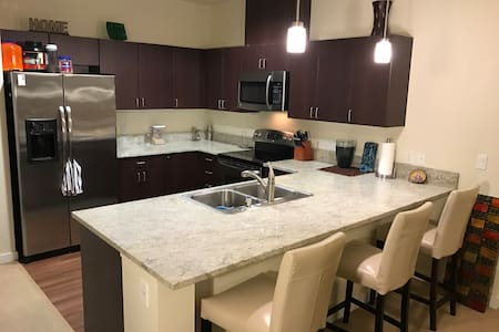 Executive Suite Downtown Bellevue with Cable+WiFi - Белльвью - Квартира