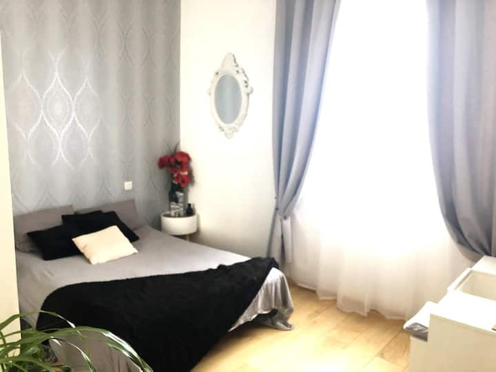 Belle chambre, accès cuisine et terrasse de 150m2.