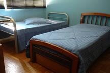 Quarto 3 com 2 camas de verdade e + 1 embutida