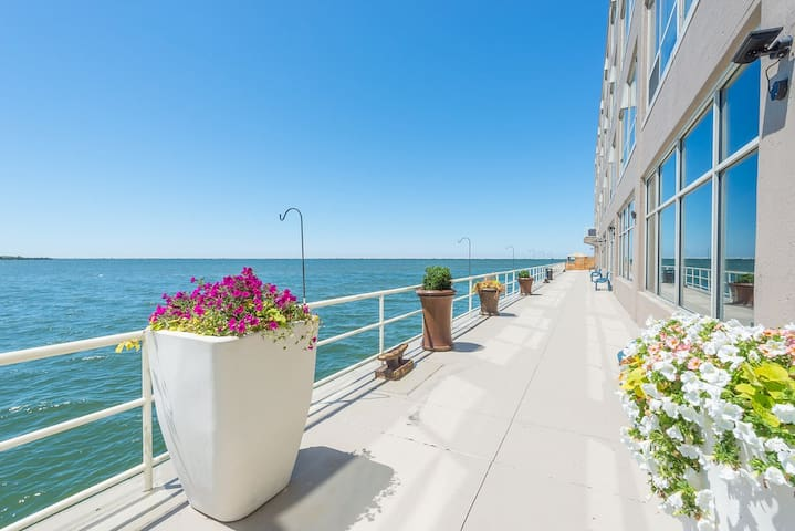 Downtown Cleveland Lakefront Beauty 2 Bd/2Ba