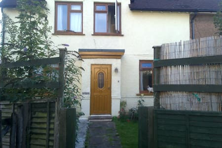 Twin room, conveniently located ₤40 - Shoreham-by-Sea