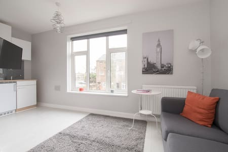 Star Studios - Modern Studio with a Garden View - Isleworth