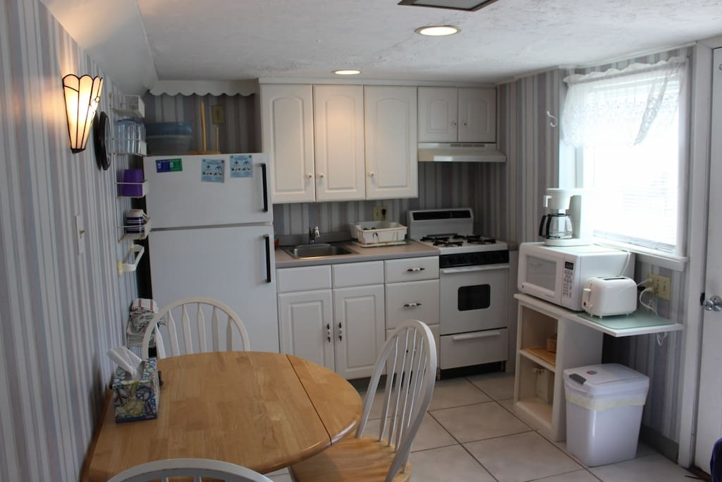 Fully equipped kitchen, microwave, toaster, coffee machine