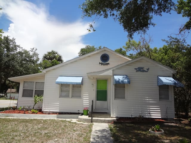 Key West Style Bungalow.  Close to downtown/park