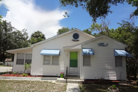 Key West Style Bungalow-Allows Pets.  Near park. - New Port Richey