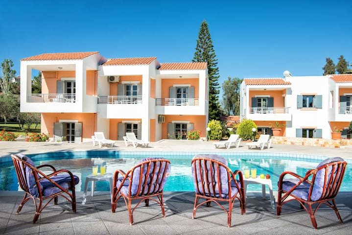 Family Apartment  With Pool and Amazing Garden - Chersonisos - Apartamento