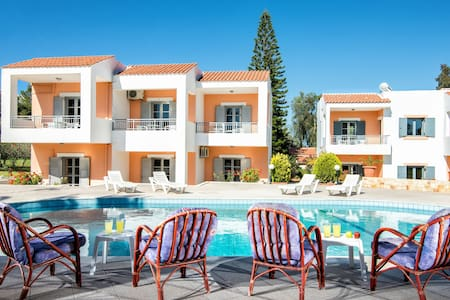 Family Apartment  With Pool and Amazing Garden - Chersonisos - Byt