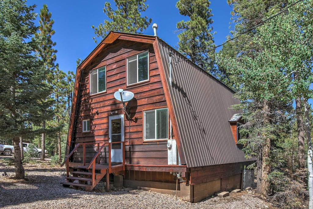 Surrounded by pine and aspen trees, this cabin comfortably sleeps up to 8 guests in over 1,000 square feet.