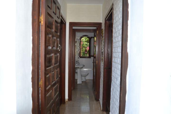 Habitación  individual con baño privado y patio