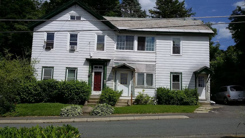 "Mass MoCA ""Fresh Grass"" lodging - North Adams - Apartamento"