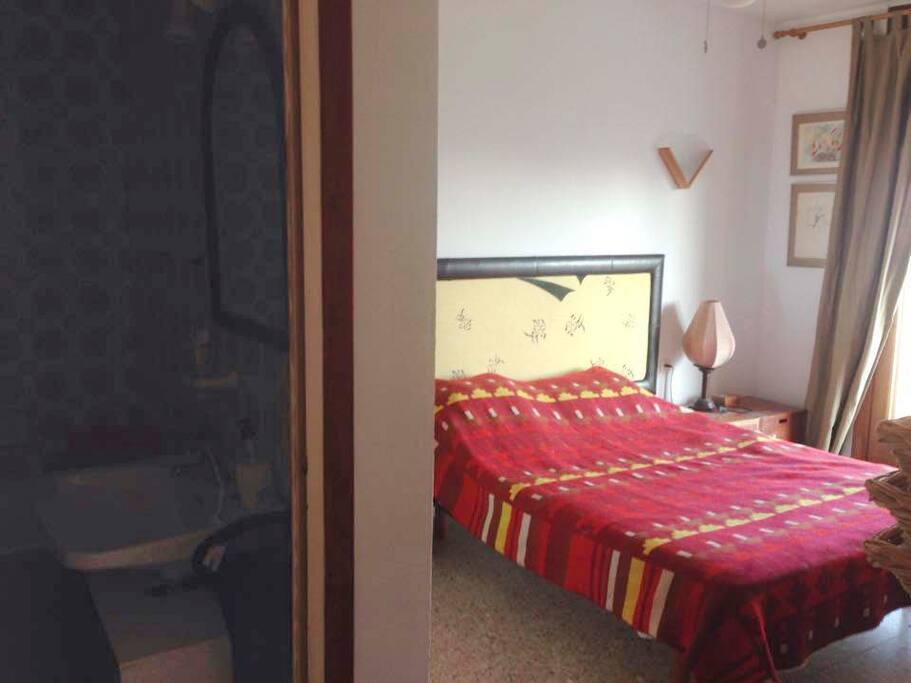 habitacion con ventilador de techo muy util