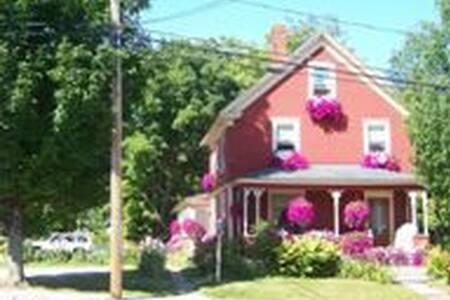 Cozy House in Bethel Village - Casa