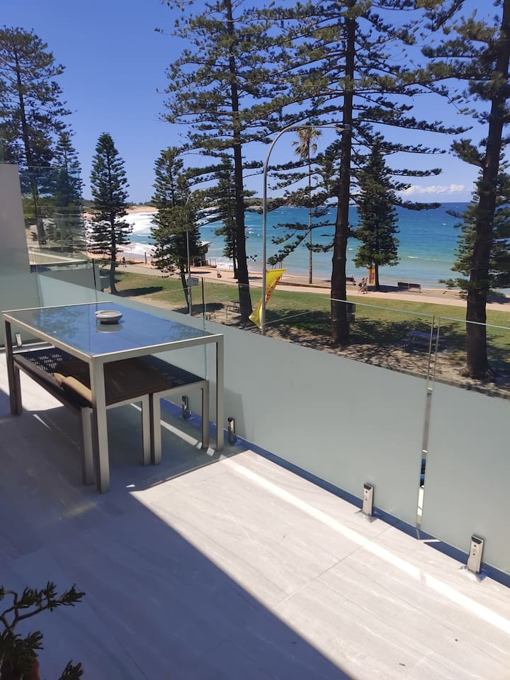 Absolute beachfront spacious apartment Dee Why
