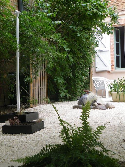 le jardin avec un de ses géants