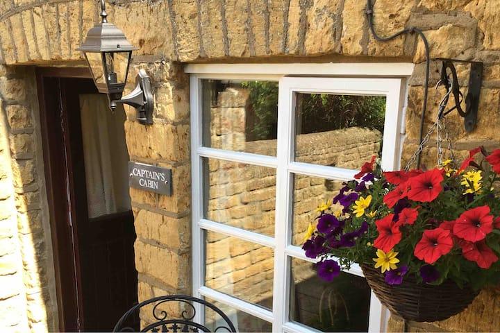 Quaint listed cottage,burner,town centre,parking