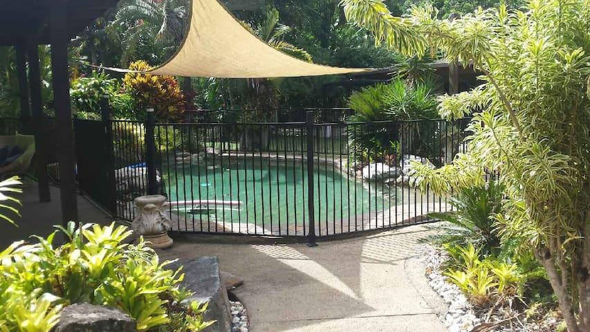 Acreage,Tropical Gardens+Pool+Creek - Cairns - Maison