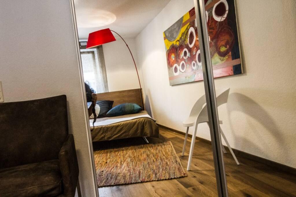 Zimmer mit geräumigem Kleiderschrank