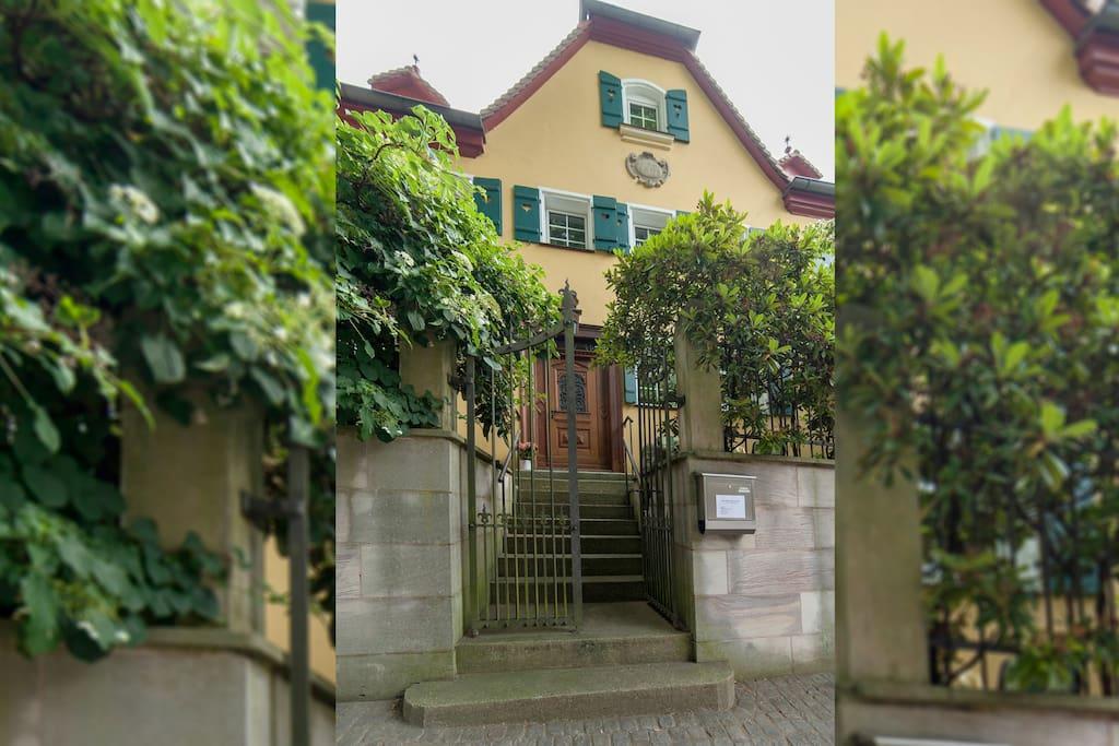 das Haus liegt mitten in der Altstadt und doch im Grünen