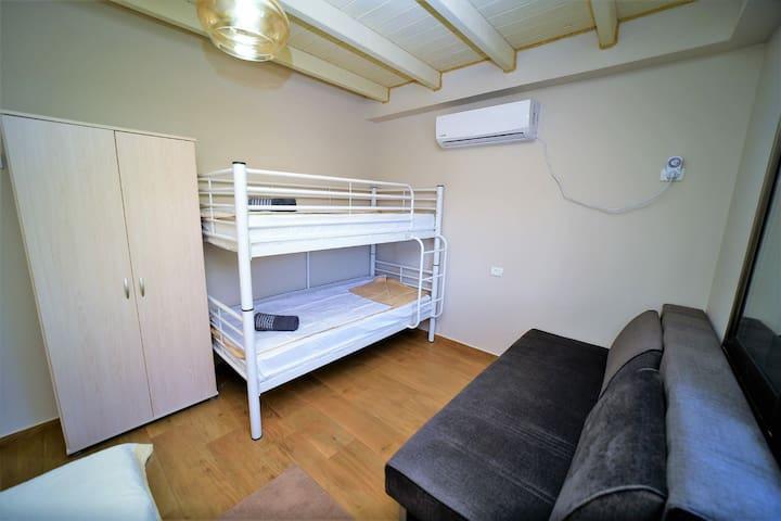 חדר שינה 1 מתוך 3 (6 מיטות)