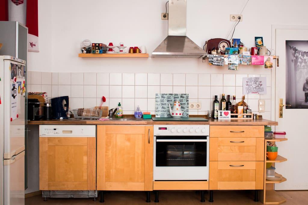 In der Küche kannst Du Dich verpflegen: Herd, Ofen, Geschirrspüler, Kühlschrank.