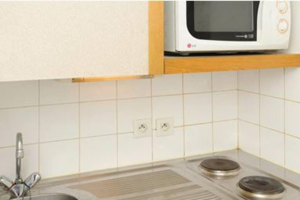 cuisine evier frigo plaque microondes