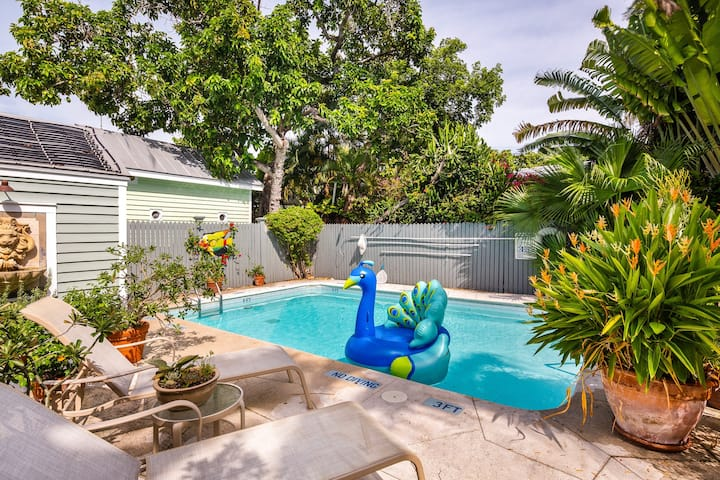 New listing! Inviting condo with a private deck and shared swimming pool