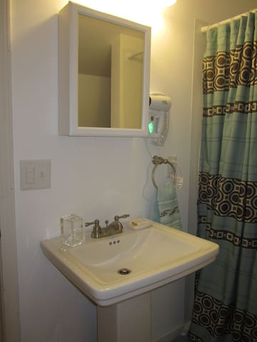 bathroom sink/shower