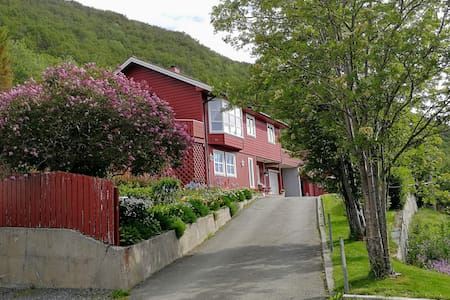 Gjestfrihet, utsikt innseiling, fjell og fjorder