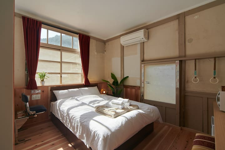 【関西初の駅舎ホテル】7100系車両パーツを使用した客室が高野線高野下駅に堂々オープン!