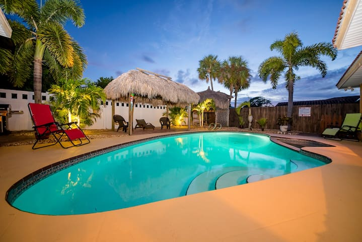 Family-Freindly/Heated pool/Walk to beach 0.3 mile