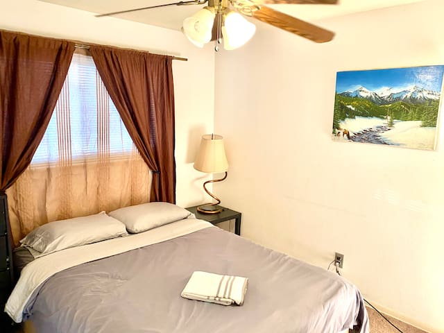Nice simple room near Airport and Light Rail - A