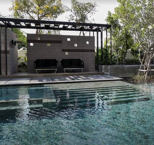 สระว่ายน้ำกว้าง สะอาด มีส่วนแยกสำหรับเด็ก The pool is clean, has a separate section for children.