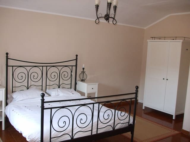 Double bedroom with en-suite, views over vineyards - Robini - Dom