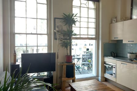 Cute tidy central flat with balcony - London - Apartment