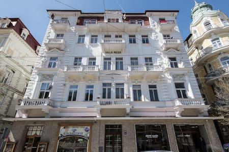 Apartmán s dvěma ložnici a balkonem v centru města