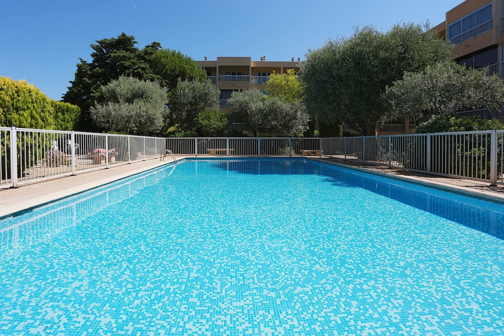 T2 300m plage six fours sanary appartements louer for Comhoraire piscine six fours