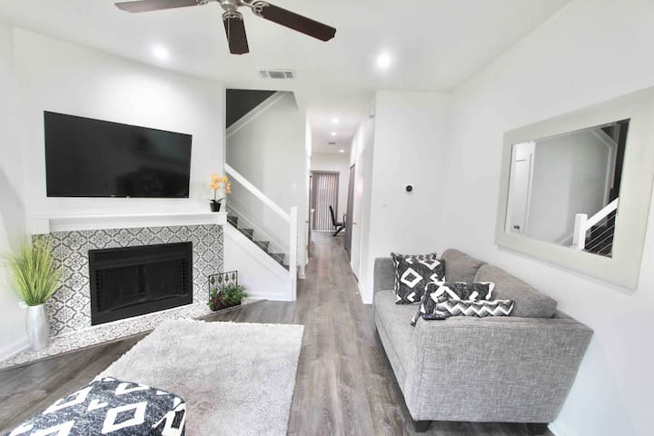 Upscale townhome near airport