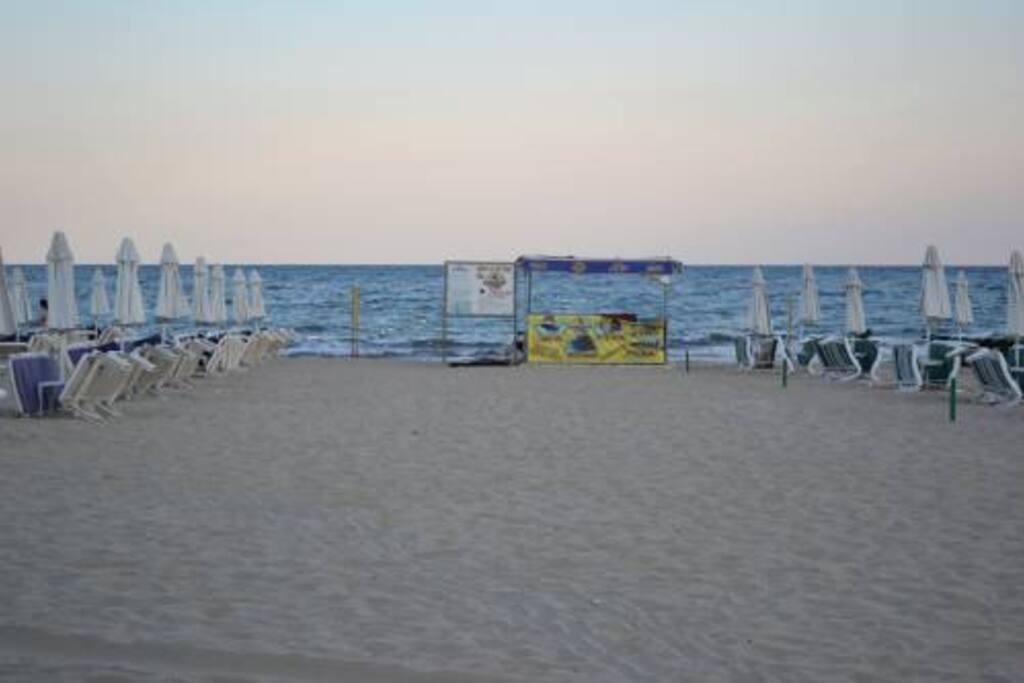 Пляж возле дома.