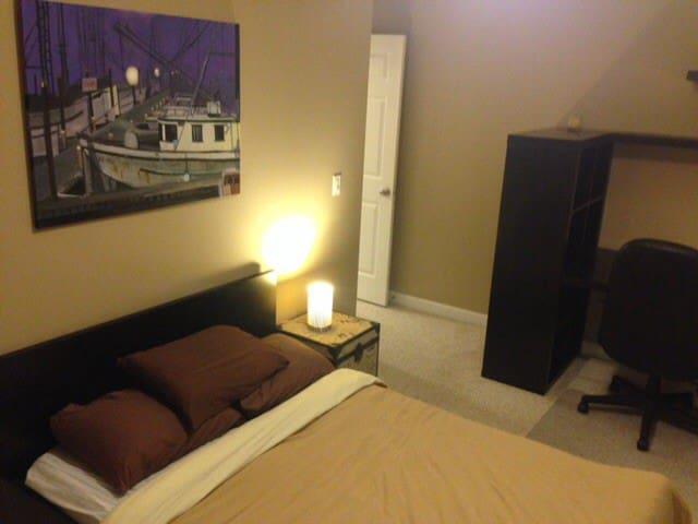 Private room with private bathroom - Nanaimo - Casa adossada