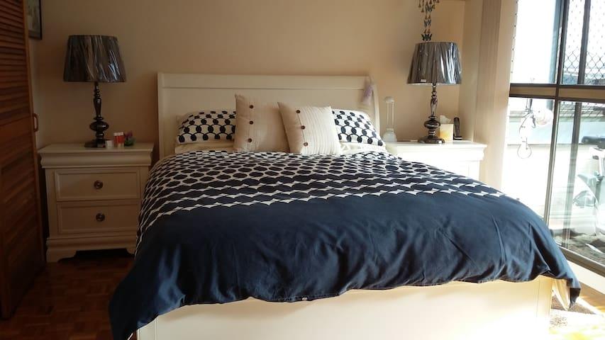 Beautiful Queen Bedroom Between Airport & City! - Clayfield - Appartement