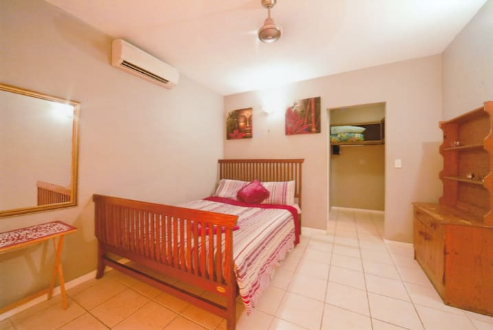 Large room close to everything! - Cannonvale - Casa
