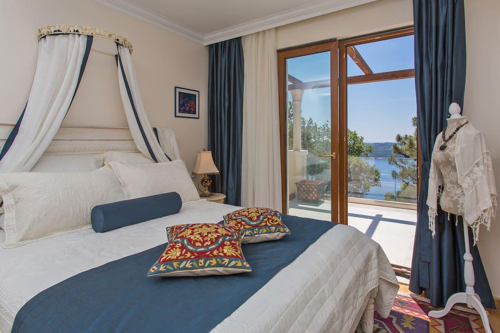 Bedroom-Queen bed with sea view