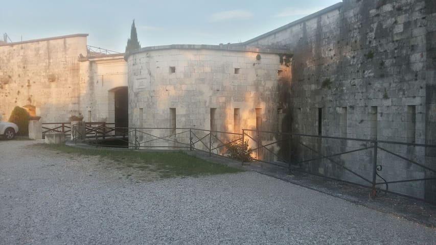 GARDA  LAKE APP. IN FORTE AUSTRIACO - verona pastrengo - Huis