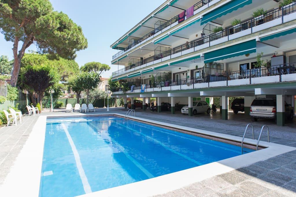 Apartamento con piscina lado mar flats for rent in for Piscina castelldefels