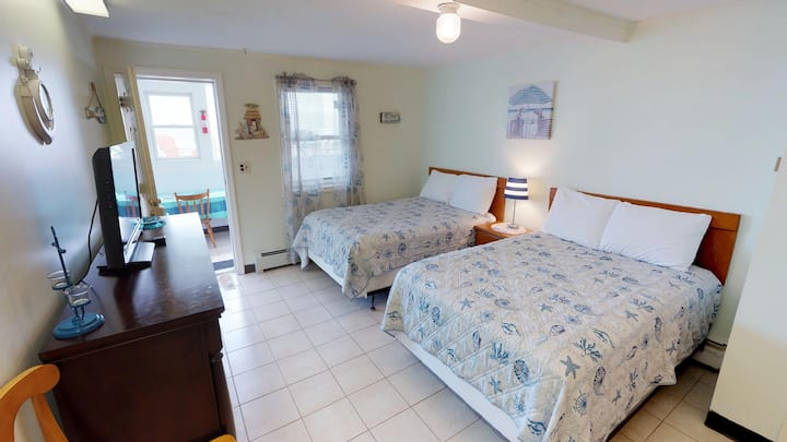 Ocean Front 1st Floor/sub-level Room! #20 Sleeps 4