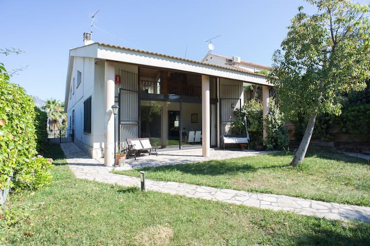 Big nice 4p. house near Montserrat. - Olesa de Montserrat - Hytte (i sveitsisk stil)
