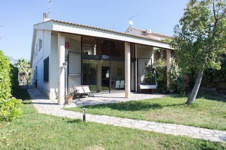 Big nice 4p. house near Montserrat. - Olesa de Montserrat - Lomamökki