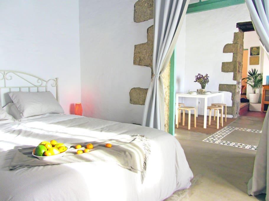 Dormitorio con salón independiente